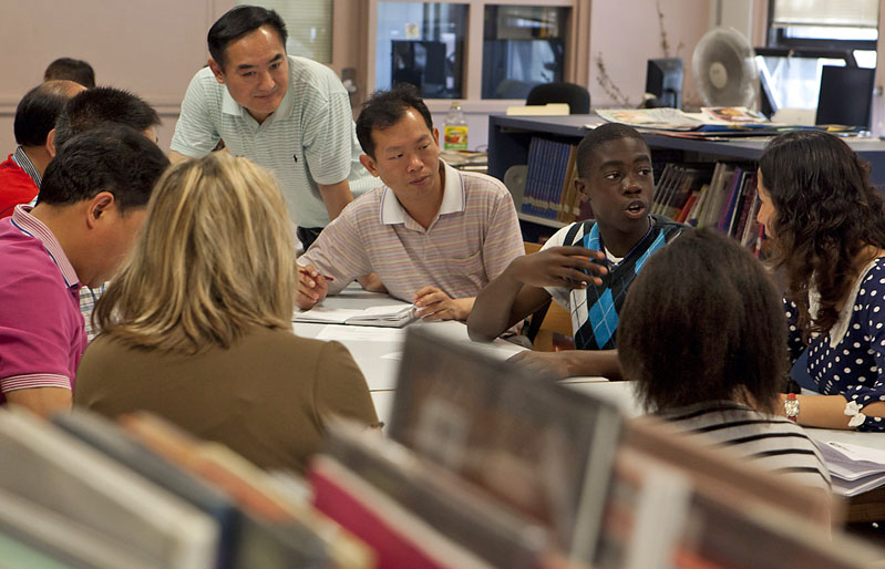 Comparing classrooms: Brown hosts Chinese educators ...