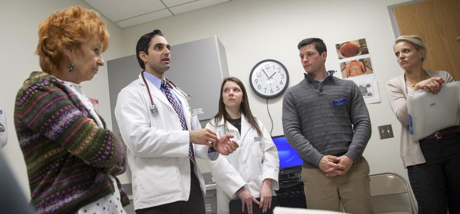 Amid Opioid Epidemic States Experiment With Recovery High >> Amid Opioid Epidemic R I Health Care Students Join Forces For A