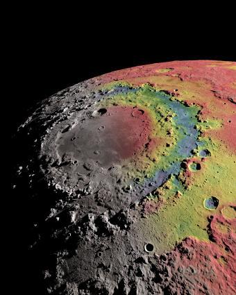 La cuenca Oriental de la Luna está rodeada por claras estructuras anulares. La imagen muestra el mapa gravitatorio de la cuenca (rojo indica exceso de masa, azul india déficit de masa) que los científicos utilizan para reconstruir la formación de la cuenca y de sus anillos. Crédito: Ernest Wright, NASA/GSFC Scientific Visualization Studio.